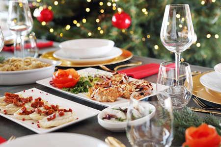 Photo pour Festive dishes on an elegant table. Christmas dishes, festive table setting. Horizontal composition. - image libre de droit