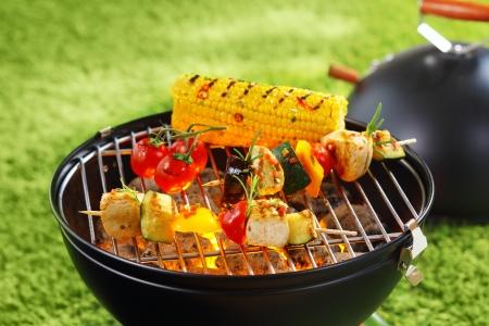 Photo pour Healthy corncob en brochette on the grill outdoor - image libre de droit