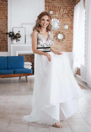 Photo pour Beautiful bride with stylish make-up in white dress - image libre de droit