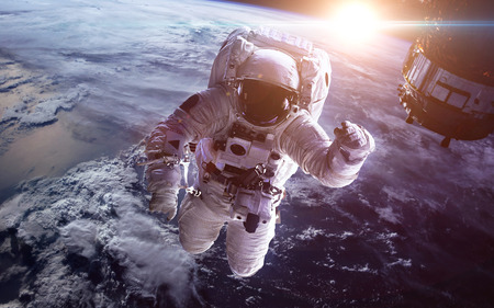 Photo pour Astronaut in outer space against the backdrop of the planet earth - image libre de droit