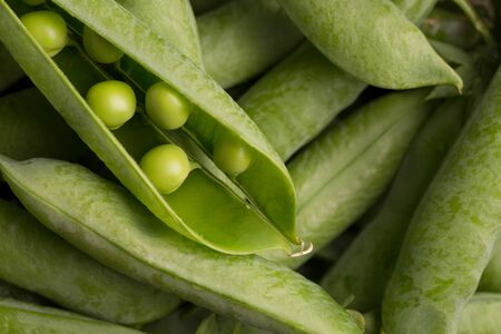 Photo pour Pods of young peas. Fresh green peas. - image libre de droit