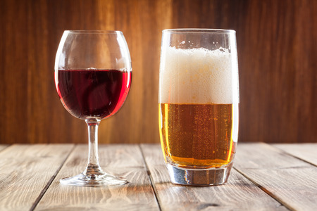 Photo pour Red wine glass and glass of light beer - image libre de droit