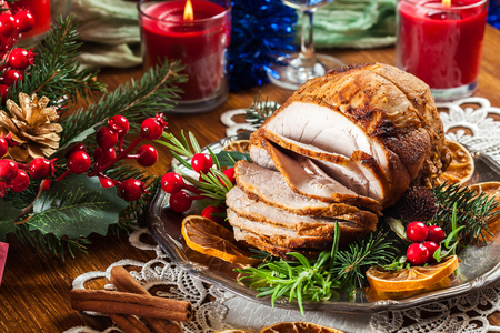 Photo pour Roasted pork ham served with baked potatoes. Concepts of holiday food. - image libre de droit