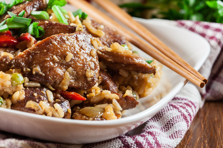 Photo pour Fried rice with chicken and vegetables served on a plate. Popular chinese dish - image libre de droit