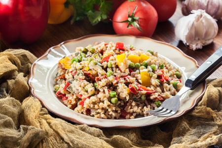 Foto de Bulgur salad with vegetables. Includes bell pepper, tomatoes, zucchini, eggplant, onion and parsley. - Imagen libre de derechos