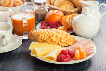 Photo pour Fresh and continental breakfast table with ham and cheese - image libre de droit