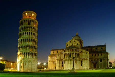 Photo pour night photograph of the Leaning Tower of Pisa and Cathedral - image libre de droit