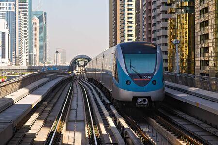 Photo pour DUBAI, UAE - January 24, 2016: Dubai Metro Network line on the urban landscape Frame building architecture UAE, architecture with subway monorail train automated. - image libre de droit