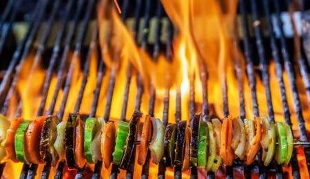 Photo pour Cooking grilling on flaming grill steamed Kebabs mixed cut vegetables on skewers - image libre de droit