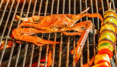 Photo pour Crab. cooking flaming grill grid steamed Food Background blue crabs. - image libre de droit