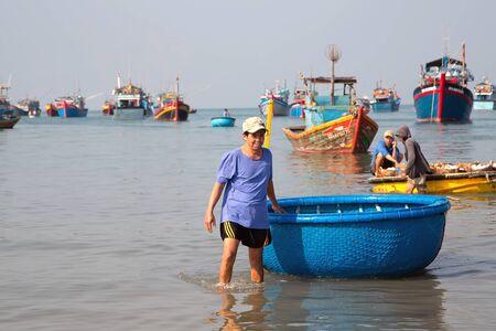 Photo pour PHAN THIET, MUI NE, VIETNAM - Feb 16, 2015: Fisherman catch boats Vietnamese. People working at fishing pier in fishing village Phan Thiet, Travel Southeast Asia Coast Binh Thuan of Vietnam. - image libre de droit