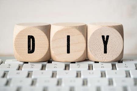 Foto de cubes with acronym DIY on a computer keyboard - Imagen libre de derechos