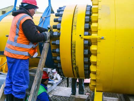 Photo pour Work tighten the nuts on the flange. - image libre de droit