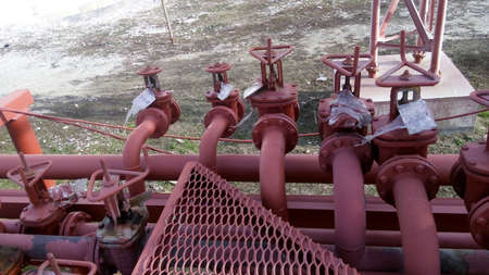Photo pour Valves on the pipeline for pumping oil. Pipes at the refinery. - image libre de droit