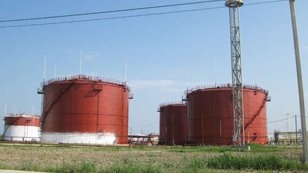 Photo pour Storage tanks for petroleum products. Equipment refinery. - image libre de droit