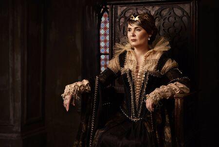 Foto de Mature woman in costume of queen - Imagen libre de derechos
