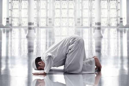 Photo pour Religious asian muslim man praying - image libre de droit