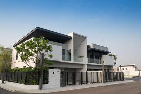 Foto de Beautiful exterior of newly built luxury home for sale or rent. Against blue sky background. - Imagen libre de derechos