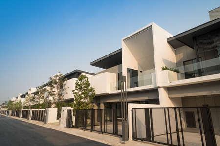 Photo pour Beautiful exterior of newly built luxury home for sale or rent. Against blue sky background. - image libre de droit