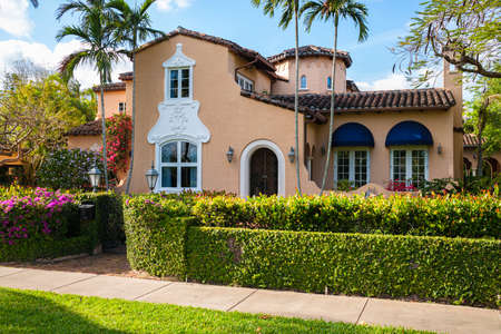 Photo pour Coral Gables, Florida USA - March 16, 2020: Classic Mediterranean architecture style home in the historic City of Coral Gables located in central Miami. - image libre de droit