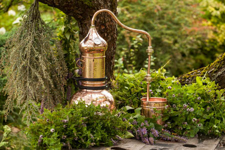 Foto de Alembic is a distilling apparatus of Arabic origin which may be used to distill essential oils and a variety of alcoholic beverages. - Imagen libre de derechos
