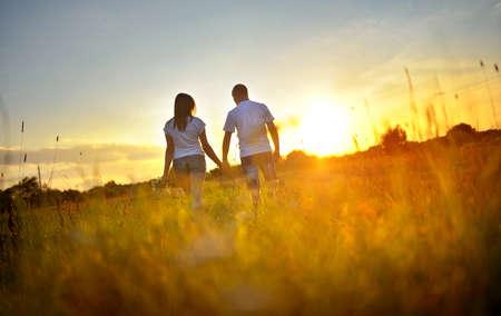 Photo pour happy couple walks outdoors during a decline - image libre de droit