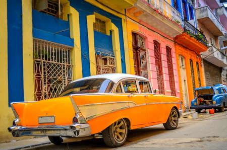 Photo pour old American car on the street of the Cuban capital Havana - image libre de droit