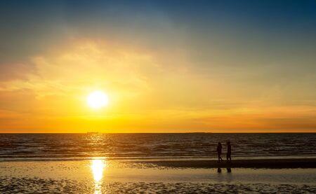 Photo pour Couple walking at the beach in sunset time, romantic lovers concept - image libre de droit