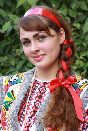 Photo pour The girl is dressed in a national Ukrainian suit - image libre de droit