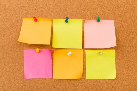 Photo pour Cork board with pinned colored blank notes - Image - image libre de droit