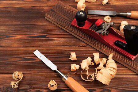 Foto de chisels plane and sawdust on a wooden table - Image - Imagen libre de derechos