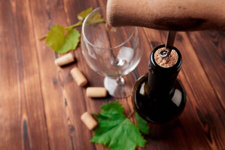 Foto de Corkscrew and bottle of wine on the board - Imagen libre de derechos