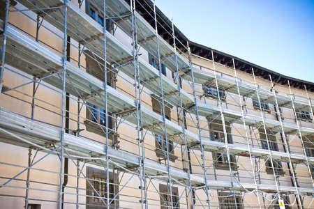 Photo pour Metal scaffolding for the restoration of a building in a italian construction site - image libre de droit