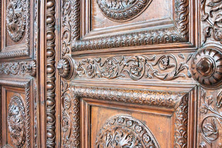 Photo pour Detail of an old italian wooden carved door with floral decorations - Cathedral of St. Martin (Italy-Tuscany-Lucca city) - image libre de droit