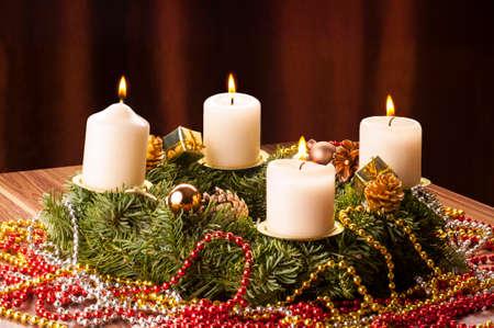 Advent+Adventskranz. Vier Adventskerzen leuchten.4. Advent