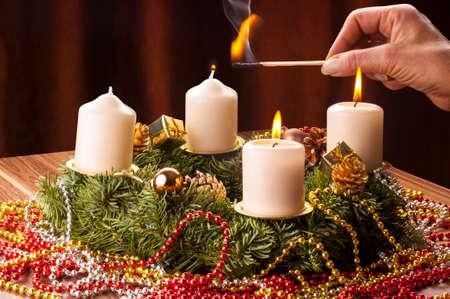 Advent+Adventskranz, Die dritte Advents Kerze wird angezÌndet.