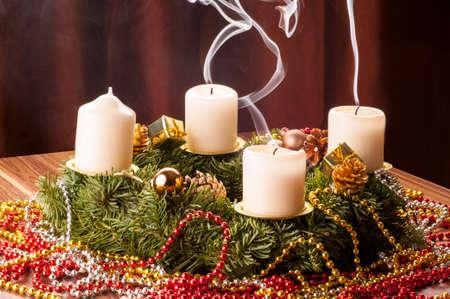 Advent+Adventskranz. Drei Adventskerzen wieder aus