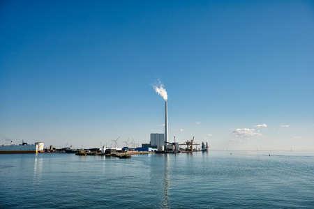 Photo pour Wind power rigs in Esbjerg harbor. Denmark - image libre de droit