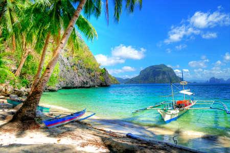 Foto de beautiful tropical beach scene - Imagen libre de derechos