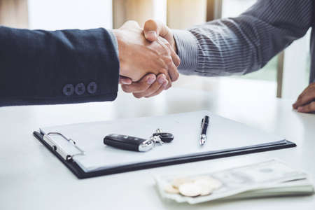 Photo pour Handshake of cooperation customer and salesman after agreement, successful car loan contract buying or selling new vehicle. - image libre de droit