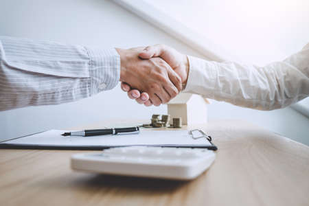 Photo pour Real estate broker agent and customer shaking hands after signing contract documents for ownership realty purchase, Concept mortgage loan approval. - image libre de droit