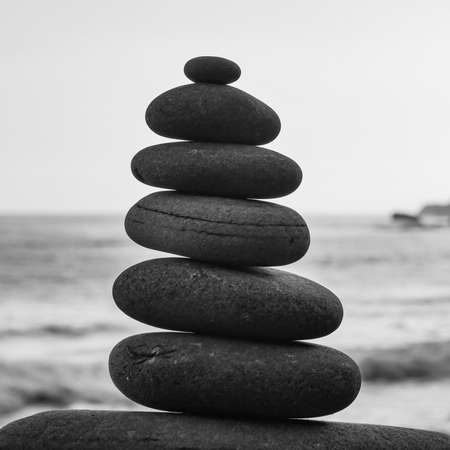 Photo pour Stone piles made along a beach and the sea in the background - image libre de droit