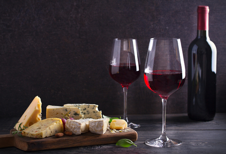 Photo pour Red wine with cheese on chopping board. Wine and food concept - Image - image libre de droit