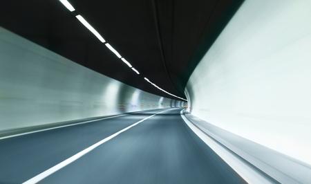 tunnel sfuocato con scie di luce.