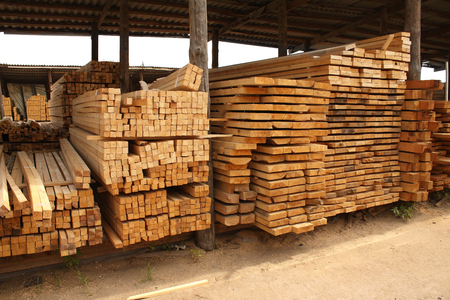 Photo pour Wooden boards in a warehouse of building materials - image libre de droit