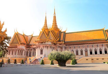 Photo pour Silver Pagoda or Temple of Emerald Buddha (Temple of Crystal Buddha) at Royal Palace, Phnom Penh, Cambodia - image libre de droit