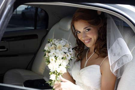 Photo pour The beautiful bride in the automobile - image libre de droit