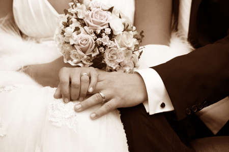 Foto de Hand of the groom and the bride with wedding rings - Imagen libre de derechos