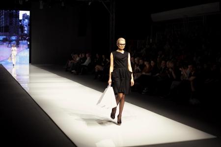 Foto de Female model at a fashion show on the runway - Imagen libre de derechos