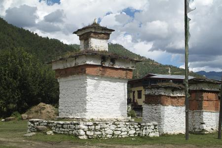 Mani Mauer im Paro Tal und Chorten mit Gebetsfahnen